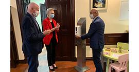 Stojak z automatycznym dozownikiem środka do dezynfekcji dla Urzędu Gminy Czarnków